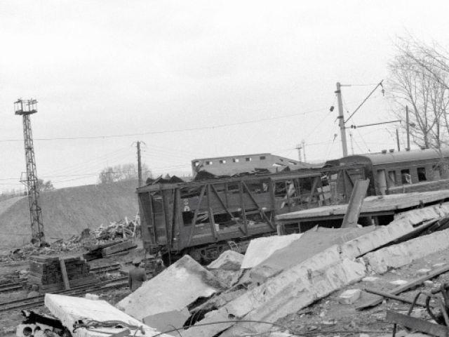 По официальным данным местной администрации, погиб 91 человек, из них 14 детей. Но эти цифры относятся только к жителям Арзамаса, а у закрытого переезда в момент взрыва стояли автомобили и автобусы из Дивеево и других городов. От них практически ничего не осталось. Погибших здесь людей хоронили на родине, а потому в траурный арзамасский список они не попали.