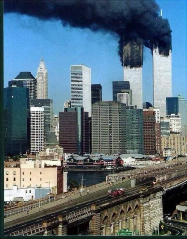 Пожарная машина едет к башням ВТЦ. Все шестеро пожарных погибли.Всего жертвами терактов стали 2977 человек (не включая 19 террористов): 246 пассажиров и членов экипажей самолётов, 2606 человек — в Нью-Йорке, в зданиях ВТЦ и на земле, 125 — в здании Пентагона.