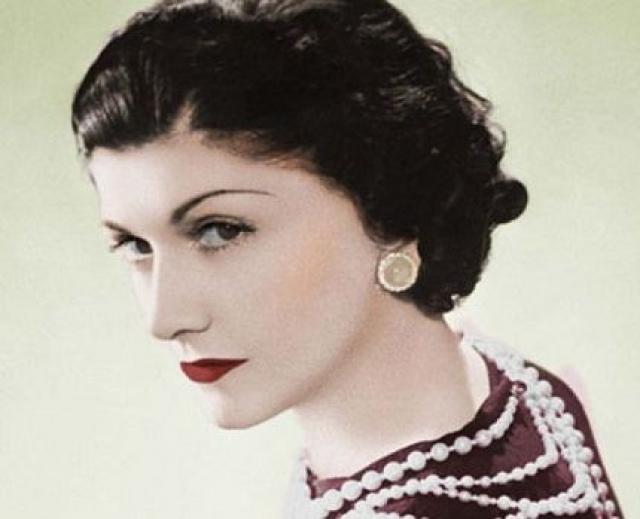 В 18 лет Габриэль устроилась продавцом в магазин одежды, а в свободное время пела в кабаре. Вскоре Шанель открыла в Париже шляпный магазин, после чего мировая слава не заставила себя ждать.