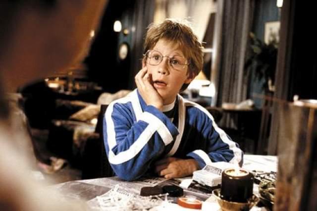 """Джейсон Фишер Ребенок-звезда сыграл Люка Ишима в """"Ведьмах"""" (1990) бок о бок с Анжеликой Хьюстон. Еще он снялся в фильме """"Родители"""" и """"Капитан Крюк"""", закончив после этих трех ролей свою карьеру в кино."""
