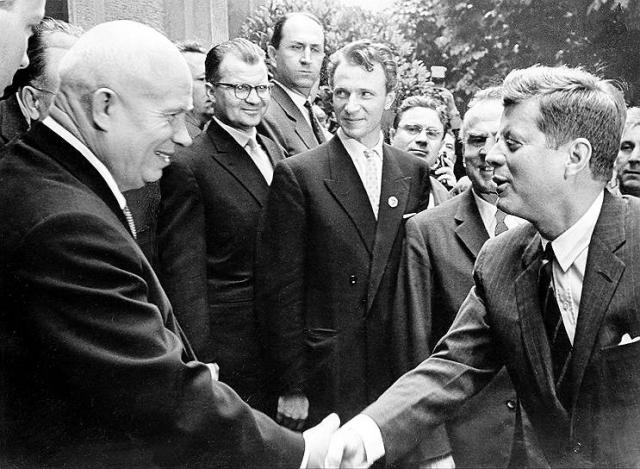 """""""...Это чтобы я не забыл, что этот город должен уцелеть, когда полетят наши ракеты"""" , - обратился Хрущев к одному американскому сенатору, который оказался ему симпатичен, предварительно спросив, откуда он и обведя его родной город на карте мира."""