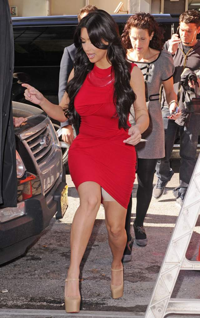 На ношении таких шортиков постоянно попадается и Ким Кардашьян .
