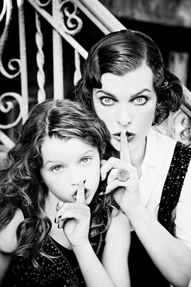 """Девочка тем временем уже успела заявить о себе как о модели, сфотографировавшись вместе со знаменитой мамой на обложку глянцевого журнала. А также снялась в фильме своего отца Пола Андерсона, """"Обитель зла""""."""
