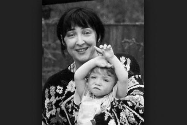 Лолита Милявская. Певица узнала, что у ее дочери отклонения только после родов. Врачи сначала сказали, что у девочки синдром Дауна, но позже изменили диагноз на аутизм.