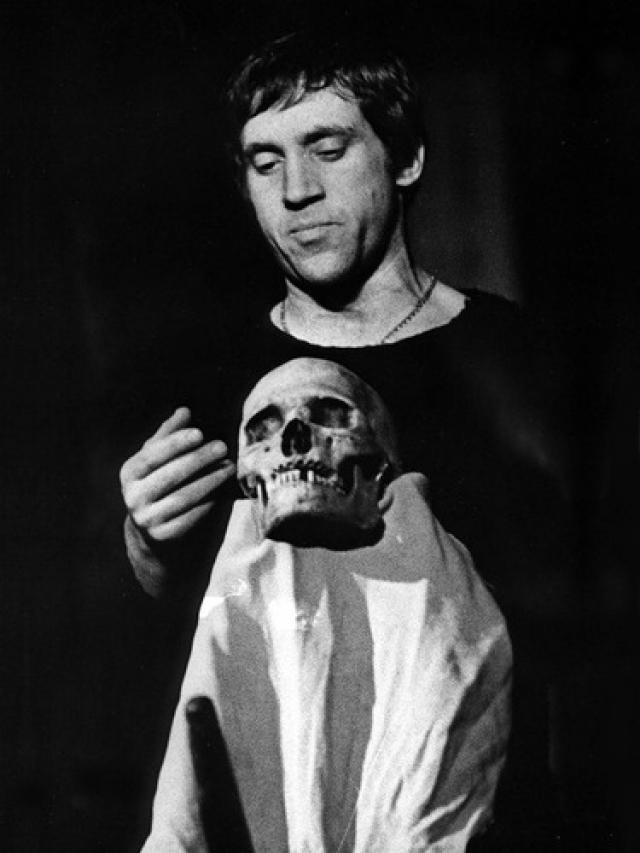 18 июля Высоцкий сыграл Гамлета в последний раз. В тот вечер он себя чувствовал некудышно, и врач за кулисами периодически делал ему уколы.