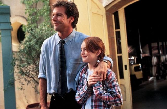 """Первым полнометражным фильмом для нее стала диснеевская комедия """"Ловушка для родителей"""", где она сыграла сестер-близнецов. После этого Лохан получила контракт на три фильма с Диснеем и стала обладательницей премии """"Молодой актер""""."""