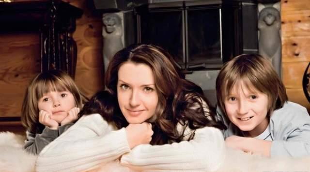 В 2004 году Оксана родила Виктору дочку Дашу, крестными родителями которой стали Владимир Путин и Светлана Медведева. Сын Богдан у Оксаны родился от бизнесмена Юрия Коржа, но у мальчика фамилия матери - Марченко.