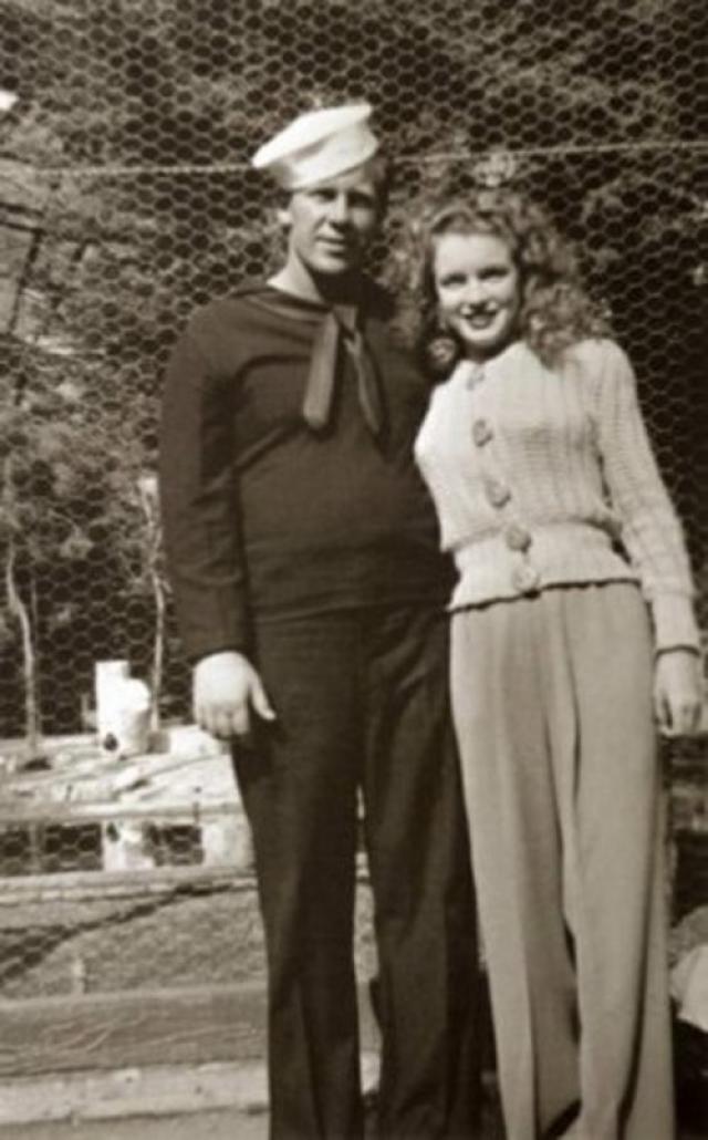 Мэрилин Монро. Первый раз Мэрилин вышла замуж в 16 лет, она бросила школу и поселилась у мужа, Джима Догерти, которому был 21 год.