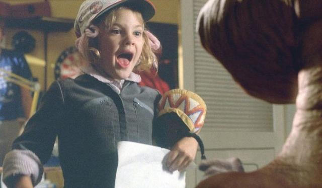 Дрю Бэрримор. Актриса является представительницей знаменитого актерского клана Бэрриморов, поэтому не удивительно, что в кино она дебютировала совсем юной.