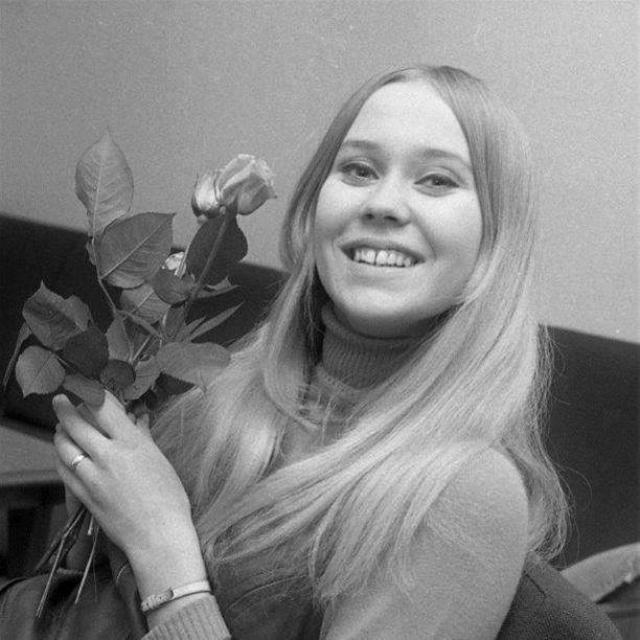"""Любопытно, что Агнета в группе исполняла роль хорошо выглядевшей блондинки и """"девушки с открытки"""", против которой она восстала."""