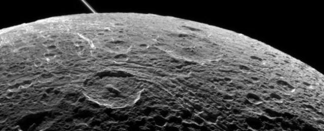 Луна оказалась способна сгенерировать магнитное поле куда более сильное, чем на Земле. В настоящее время никто из ученых не понимает, как столь небольшое небесное тело смогло развить такую магнитную активность.