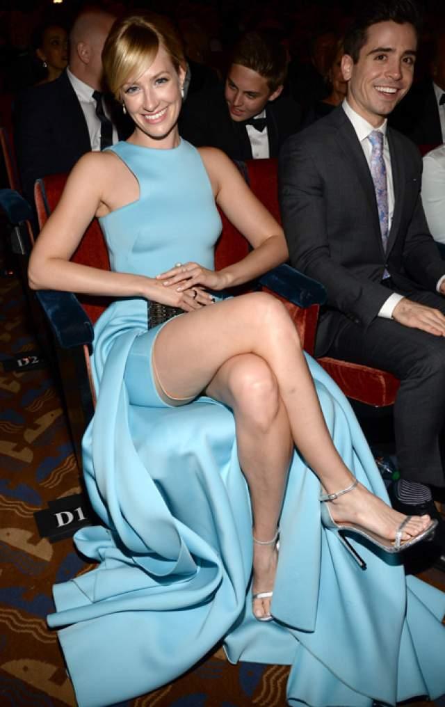 """Бет Берс на церемонии Tony Awards-2015 так уверенно спозировала фотографу, как будто знала, что из-под подола выглядывает ее маленькая """"тайна""""."""