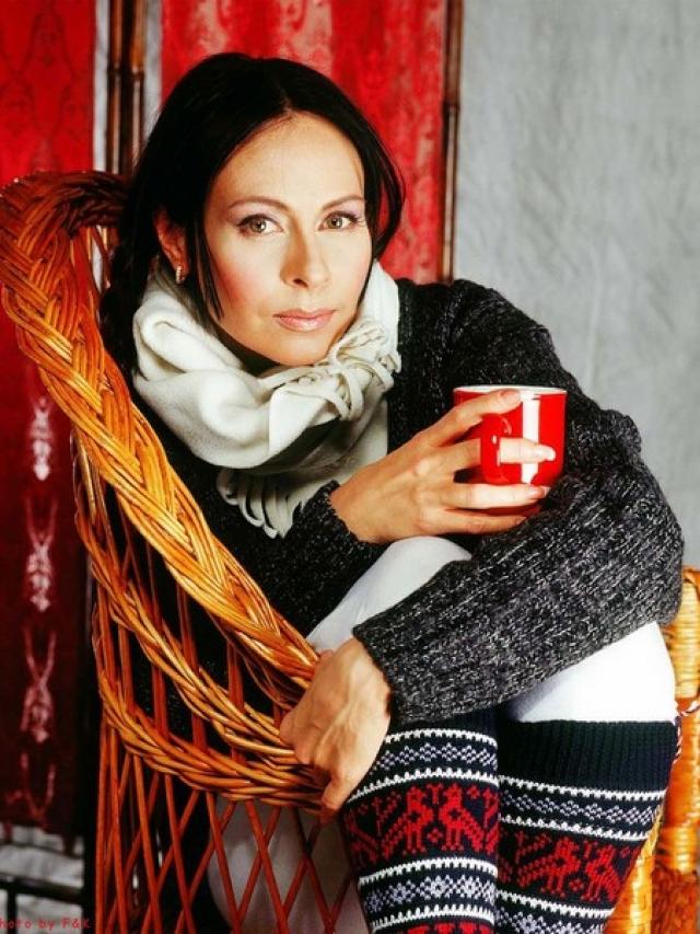 """Марина Хлебникова. Благодаря ей народ любил выпить """"чашку кофею"""" и даже полюбил """"косые дожди"""". Марина стала принимать участие в сборных концертах, ее клипы крутили на центральных каналах."""