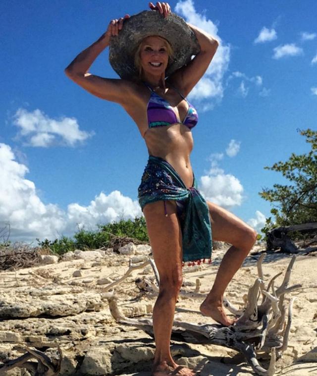 Кристи Бринкли. 62-летняя модель смело выкладывает в Инстаграм снимки в бикини