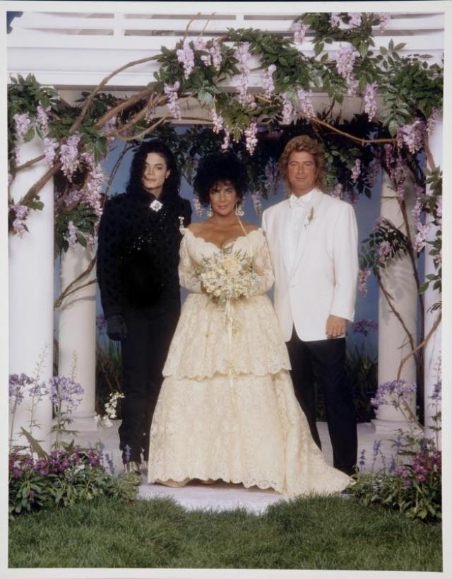 На тот момент Тейлор было 59 лет, Фортенски – 39. Церемонию вызвался организовать сам Майкл Джексон, которому она обошлась в полтора миллиона долларов. Подвенечное платье, стоимостью $25 тысяч, невесте подарил дизайнер Валентино Гаравани.