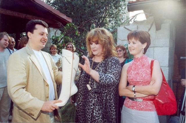 """Алла Пугачева пробовала себя и на поприще моды, и в качестве парфюмера. В 1997 году Примадонна разработала собственный дизайн обуви и аксессуаров для компании """"Эконика-Обувь""""."""