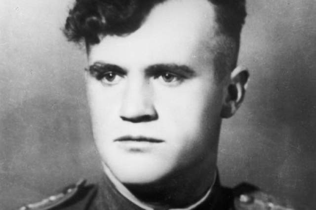 """Герой СССР Федор Архипенко писал о Гулаеве, что это был уникальный летчик-самородок. """"Он никогда не мандражировал"""", быстро оценивал обстановку, нападал внезапно и результативно, создавая панику у врага. """"В нем порой чувствовался настоящий азарт охотника"""", - писал Архипенко."""