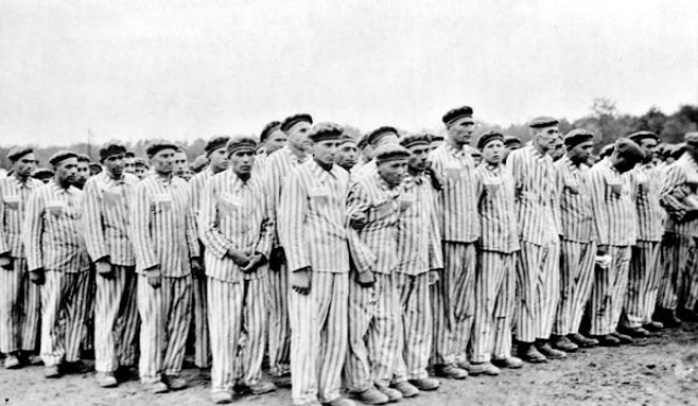 По аппельплатцу Бухенвальда прошли около 250 тысяч человек, 56 тысяч из которых были убиты или умерли от истощения, тифа и дизентерии после медицинских экспериментов.