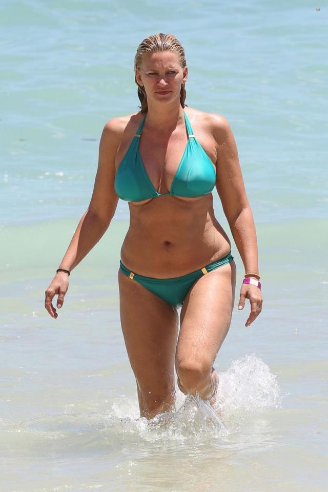 Именно папарацци показали миру и крупную фигуру бывшей модели Наташи Хенстридж , которая смотрится еще более неудачно в купальнике.
