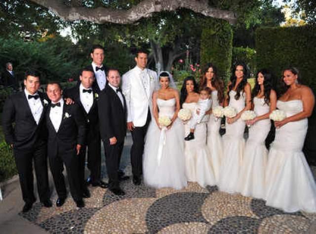 На невесте было надето белоснежное платье Vera Wang, а обручальное кольцо с бриллиантами Lorraine Schwartz обошлось жениху в $10 млн.