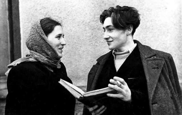 """Они познакомились в 1947 году на съемках двухсерийного фильма """"Молодая гвардия"""". Тихонову было тогда 19 лет, а Мордюковой - 22. Юноша долго не обращал внимания на Нонну Мордюкову, и та приложила много усилий к тому, чтобы вскружить голову красавцу."""