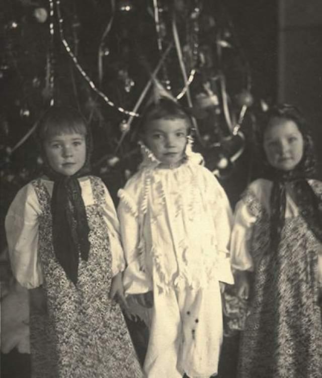 Актриса Ольга Остроумова (крайняя справа) в народном костюме.