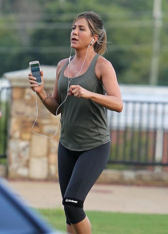Дженнифер Энистон. Актриса минимум шесть часов в неделю посвящает спорту.