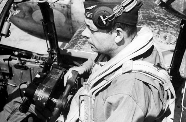 В некоторых местах на корпусе самолета вместе пулеметов была установлена фототехника. Но писатель не принес из своего полета данных. В 9.30 утра самолет Сент-Экзюпери исчез с радаров.