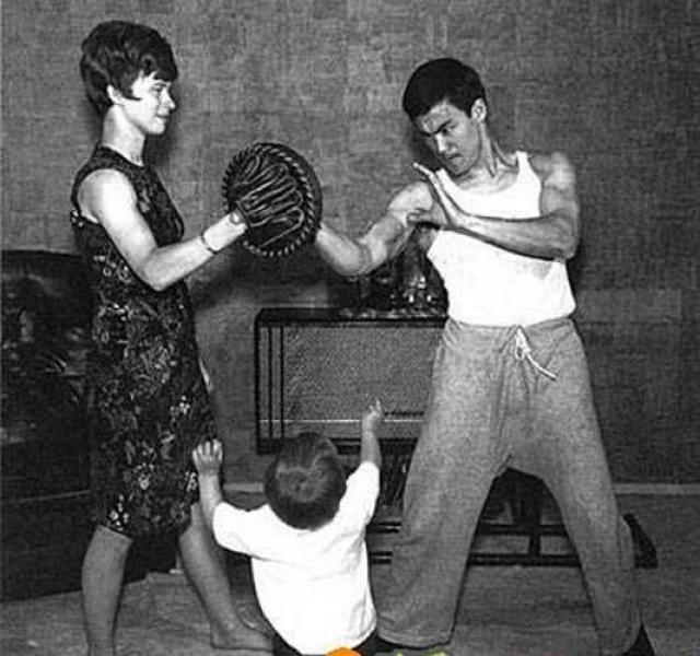 Линда совершенно случайно попала к нему на занятия по боевым искусствам, уже приехав в Университет Вашингтона, после чего продолжила брать уроки кунг-фу.