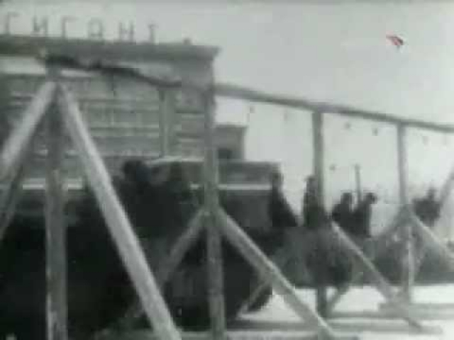 Восьмерых преступников на грузовиках подвезли на площадь прямо под виселицы.