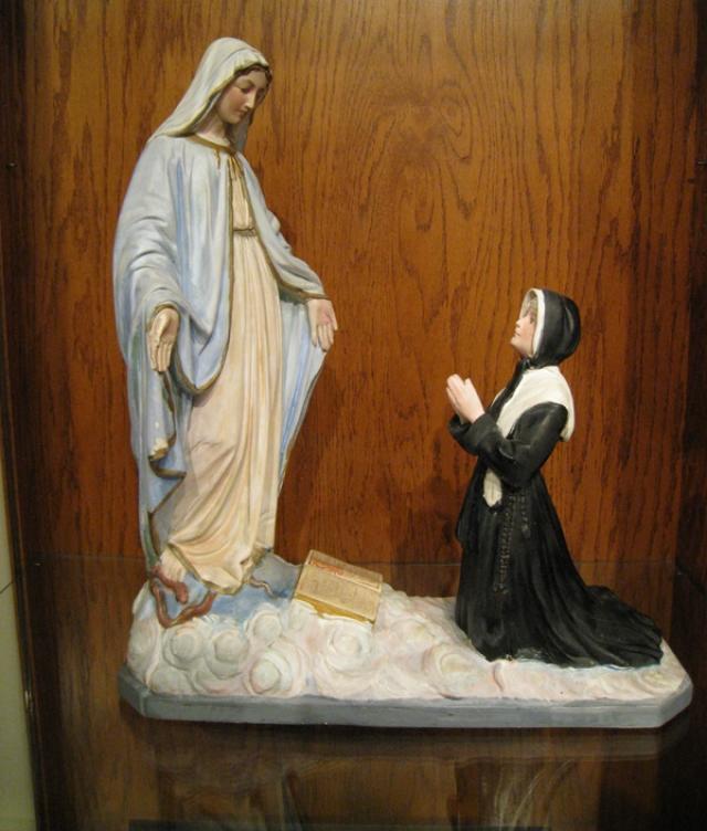 При жизни Святую Екатерину Лабуре посещали видения Пресвятой Девы Марии, во время одного из них она даже разговаривала с Девой Марией в церкви, положив руки на ее колени.