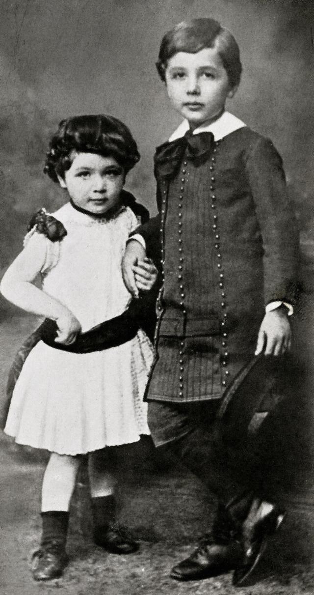 Альберт не произнес ни единого слова до четырех лет. Но даже после достижения этого казалось бы уже достаточного для разговора возраста мальчик говорил очень медленно, хотя его словарный запас сразу стал довольно широким.