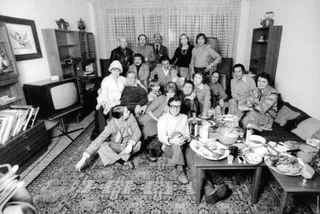 А это застолье в квартире Высоцкого на Малой Грузинской, 24 декабря 1975 года.