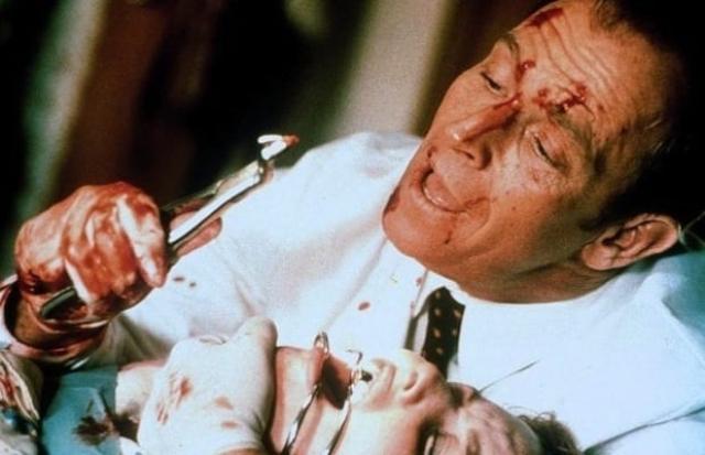 """Доктор Алан Фейнстоун из фильма """"Дантист"""" (1996). Многие боятся дантистов, но как насчет слетевшего с катушек из-за измены жены доктора, который вымещает зло на пациентах?"""