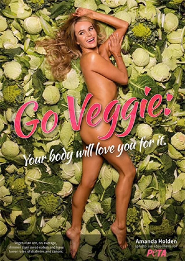Еще одна знаменитость, оголившаяся ради животных - 45-летняя актриса Аманда Холден . Женщина впервые разделась для участия в рекламной кампании международной организации по защите прав животных PETA.