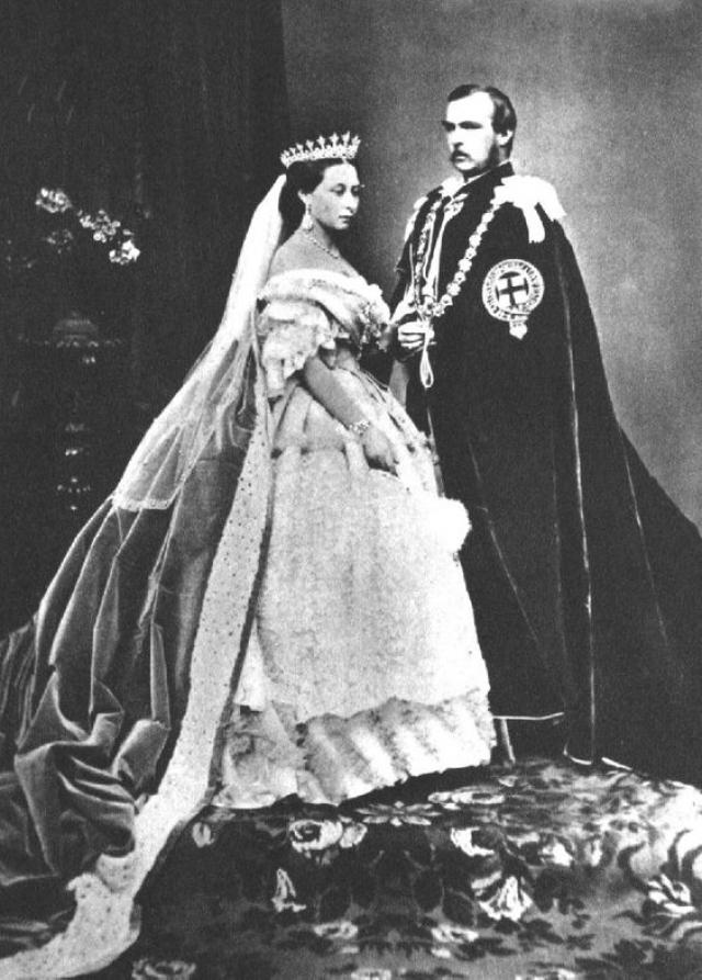 """У Виктории и Альберта родилось девять детей, и они были в браке больше 20 лет, пока смерть Альберта не разлучила их. После смерти принца королева однажды написала в своем дневнике, что ее муж был """"чрезвычайно красив"""" и что ее """"сердце еле бьется""""."""
