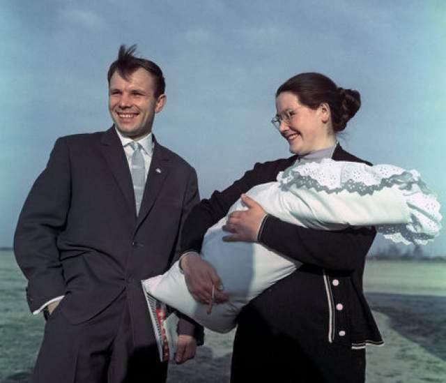 Юрий Гагарин. Супруга - Валентина, в девичестве Горячева. Она до сих пор живет в Звездном городке, где из окна видно памятник ее великому и все еще любимому мужу.