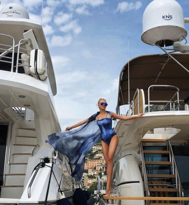 Яна Рудковская, 43 года. На фотографии супруга Евгения Плющенко позирует на борту яхты в синем купальнике и развевающейся шали. Снимок получился эффектным, но бросются в глаза ноги Рудковской: слишком уж они длинные от колена до ступней. Да и косточки у щиколотки плоские.