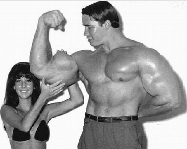 Во время пика спортивной карьеры объем грудной клетки Шварценеггера составлял 144 см, талии - 86 см, бицепса - 55 см, бедра - 72 см, икры - 50 см. Весил же Арни 106 кг.