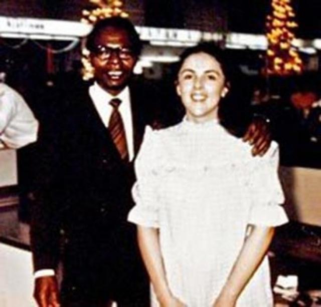 Родители Барака Обамы. Отец Барака родом из Кении, мать - английского, шотландского, ирландского и немецкого происхождения, а познакомились они в университетской группе по изучению русского языка.
