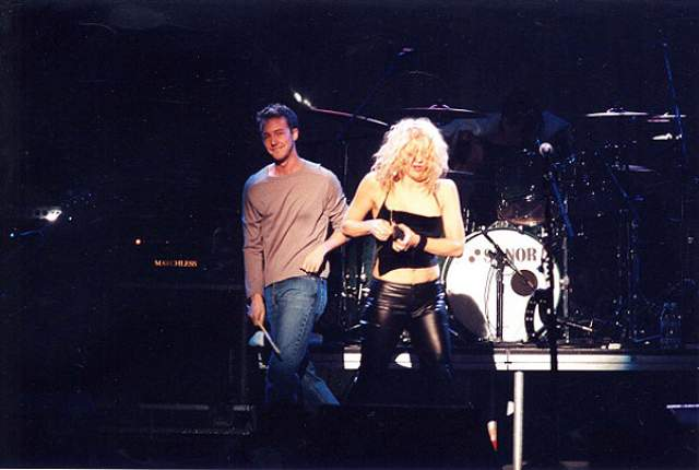 Кортни Лав и Эдвард Нортон. 1996-1998. Нортон встречался с Кортни и даже гастролировал вместе с ее группой Hole, играя на гитаре. Говорят, ради Эдварда Кортни бросила пьянство и наркотики.