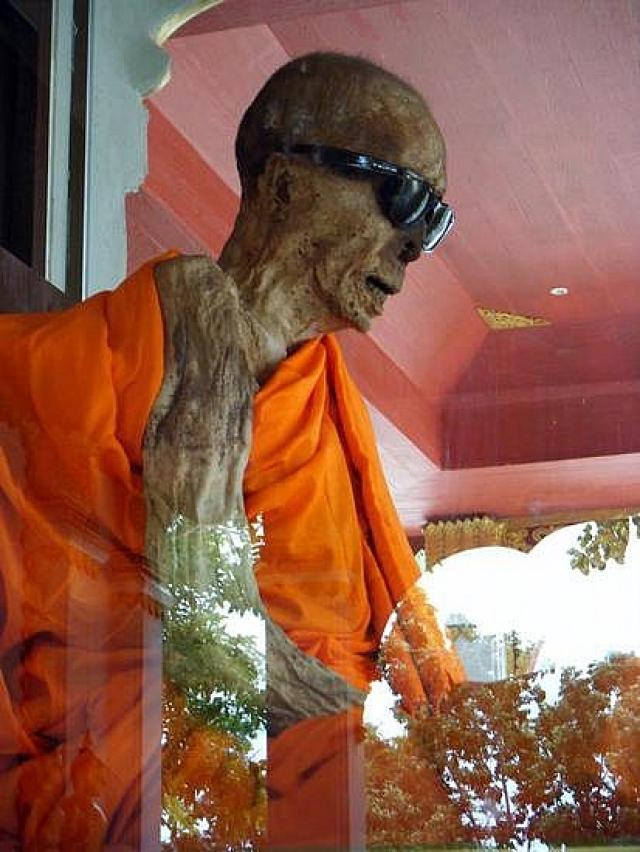 Пра Кру Санатакититткхун. Пра Кру пришел в храм в Таиланде на острове Самуи в 20-летнем возрасте, прослужил два месяцау вернулся в мирскую жизнь. Женился, стал отцом пятерых детей, а через 30 лет вновь вернулся в монастырь.