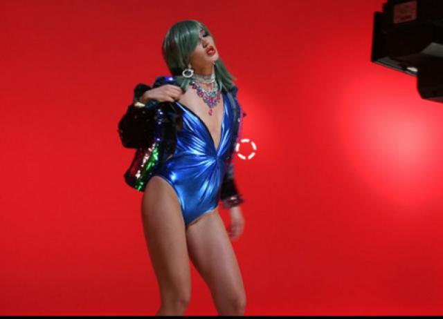 В мае 2017 года начинающая певица презентовала свой пятый хит, который записала с Настей Кудри. Дуэт раскритиковали в пух и прах, нелестные высказывания в адрес Бузовой позволили и ее коллеги по цеху.