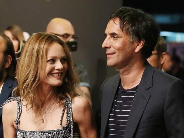 """Спустя три года Паради закрутила роман с другим мужчиной. 44-летний режиссер Самюэль Беншетри недавно сделал предложение Ванессе, и та с удовольствием его приняла, - это будет ее первый брак. Церемонию """"молодые"""" проведут в июне."""