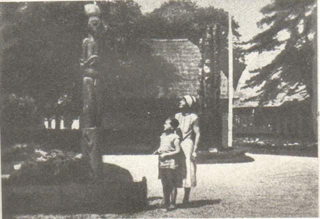 Марина Цветаева с семьей также спасалась от постреволюционной жизни во Франции. На фото поэтесса с сыном Георгием на колониальной выставке в Париже 1931 года.