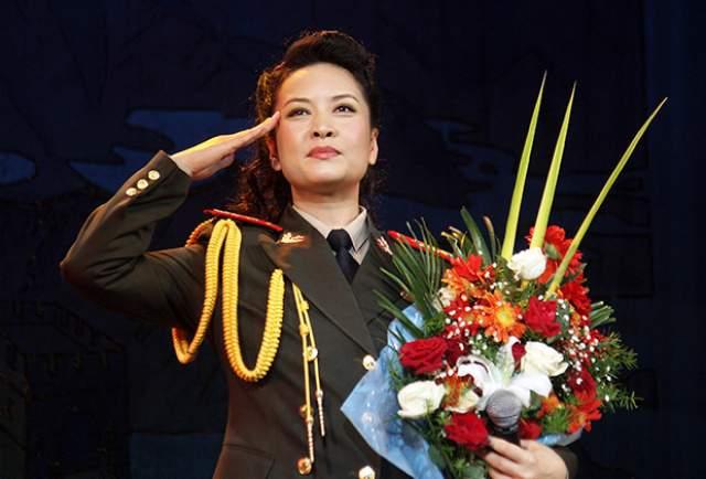 Она также руководит ансамблем песни и пляски и участвовала во множестве оперных постановок. У нее есть все престижные награды Поднебесной.