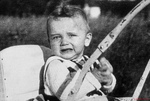Арнольд Алоис Шварценеггер родился 30 июля 1947 года в австрийской деревне Таль. Его родителями были Густав и Аурелия Шварценеггер.