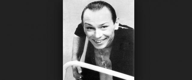 В 1979 году Песков поступил в Московское цирковое училище, служил в армии, работал актером в драматическом театре в Котласе, через год работал в Архангельске, затем в Перми и Калининграде. 25 декабря 1988 года пародист выступил на сцене Московского Театра эстрады, после чего началась его столичная карьера.