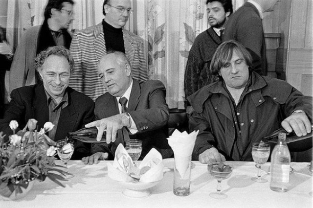 А это Михаил Горбачев в компании Пьера Ришара и Жерара Депардье на банкете.