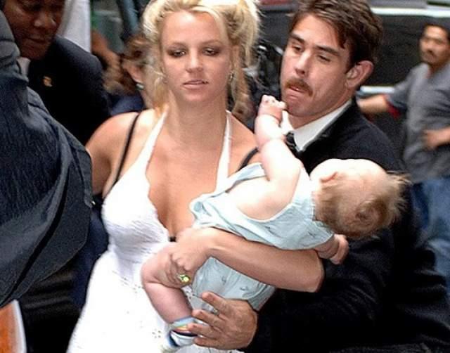 Бритни Спирс роняет сына. В мае 2006 года папарацци запечатлел, как Бритни Спирс едва ли не роняет маленького Шона Престона Федерлайна. Причем в другой руке у Спирс алкогольный напиток. Из-за фото певицу лишили родительских прав на детей.